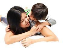 Mère et fils se situant dans le lit Photos libres de droits