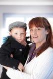 Mère et fils souriant heureusement Photographie stock libre de droits