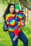 Mère et fils stupéfaits en parc Image stock