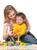 Mère et fils sur l'étage avec des jouets photographie stock