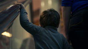Mère et fils sur l'escalator banque de vidéos