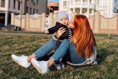 Mère et fils sur l'herbe photographie stock
