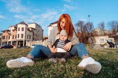 Mère et fils sur l'herbe images stock