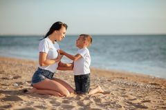 Mère et fils sur la plage photos libres de droits