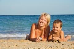 Mère et fils sur la plage Photographie stock