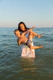 Mère et fils sur la plage Images libres de droits
