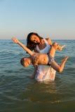 Mère et fils sur la plage Photos stock