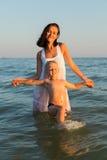 Mère et fils sur la plage Image stock