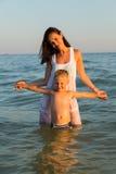 Mère et fils sur la plage Photo libre de droits