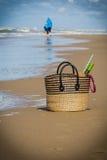 Mère et fils sur la plage au loin Photo libre de droits