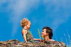 Mère et fils sur la roche Photos libres de droits