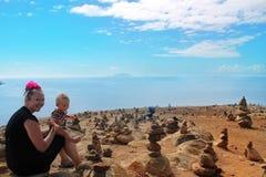 Mère et fils sur le désert en pierre image stock