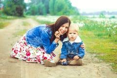 Mère et fils sur le sable Photo stock