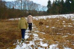 Mère et fils sur une promenade Image libre de droits