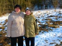 Mère et fils sur une promenade Photo libre de droits