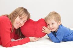 Mère et fils tenant le coeur Photos libres de droits