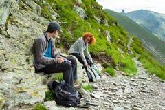 Mère et fils trimardant dans les montagnes Images libres de droits
