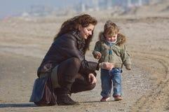 Mère et garçon mignon sur la plage image libre de droits