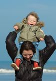 Mère et garçon mignon sur le bea photos stock