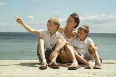 Mère et garçons en mer Photos stock