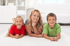 Mère et gosses à la maison images stock