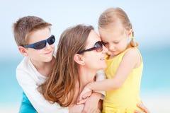 Mère et gosses à la plage Photo libre de droits