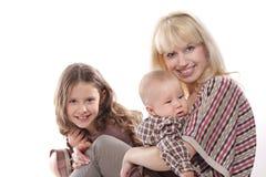 Mère et gosses au-dessus de blanc Photographie stock