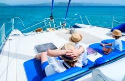 Mère et gosses au yacht de luxe image libre de droits