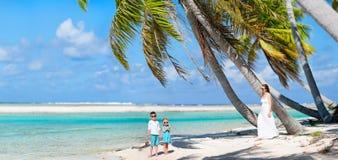 Mère et gosses sur l'île tropicale Image stock