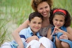 Mère et gosses sur la plage Image libre de droits