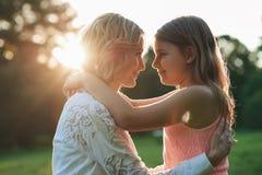 Mère et jeune fille partageant un moment spécial ensemble dehors Images stock