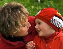Mère et le fils sur la promenade Image stock