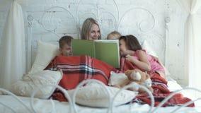 Mère et livre de relevé d'enfants banque de vidéos
