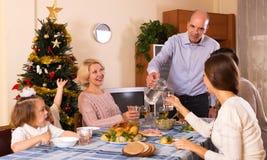 Mère et père avec des enfants et des petits-enfants célébrant Noël Images libres de droits