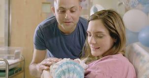 Mère et père avec un bébé nouveau-né à l'hôpital clips vidéos