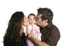 Mère et père embrassant le bébé mignon Photographie stock