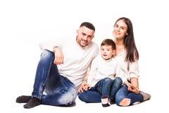 Mère et père heureux de famille avec la séance de fils Photo libre de droits
