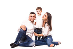 Mère et père heureux de famille avec le fils s'asseyant sur le plancher Images stock