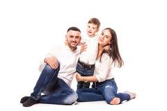 Mère et père heureux de famille avec le fils s'asseyant sur le plancher Photo stock