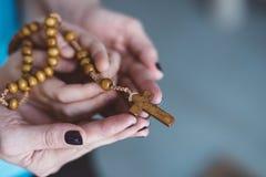 Mère et père priant ensemble Images stock