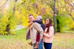 Mère et père With Young Son sur son Autumn Park arrière Images stock