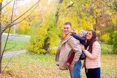 Mère et père With Young Son sur son Autumn Park arrière Photo libre de droits
