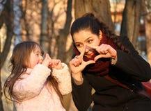 Mère et petite fille. Images stock