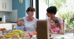 Mère et petite fille appréciant leur sandwich banque de vidéos