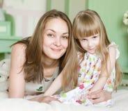 Mère et petite fille ayant le temps ensemble photographie stock libre de droits