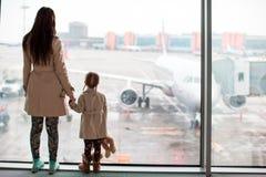 Mère et petite fille dans l'embarquement de attente d'aéroport Photos libres de droits