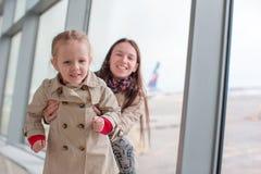 Mère et petite fille dans l'embarquement de attente d'aéroport Photographie stock