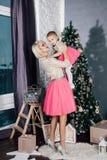 Mère et petite fille posant dans l'intérieur de nouvelle année Photo stock