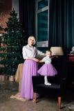 Mère et petite fille posant dans l'intérieur de nouvelle année Photo libre de droits