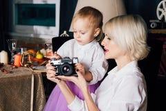 Mère et petite fille posant dans l'intérieur de nouvelle année Images stock